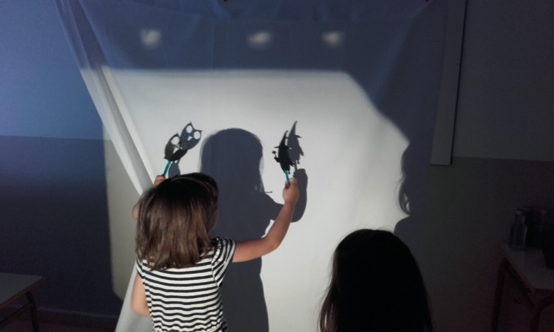 niños jugando con sombras